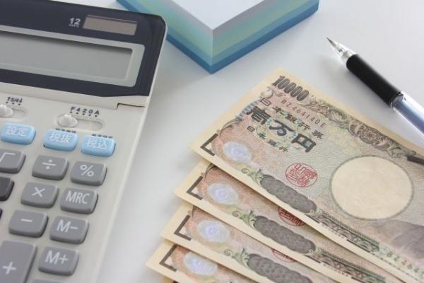 電卓の横に現金